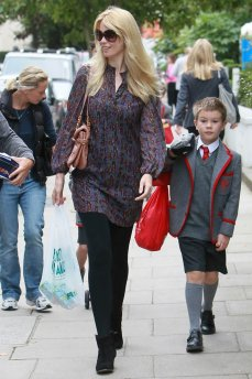 Claudia_Schiffer_on_the_school_run_001_122_259lo