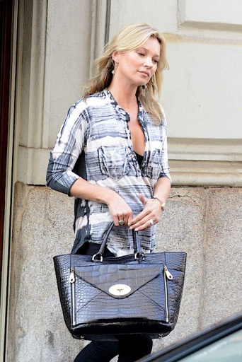 Kate-Moss-carries-the-Mulberry-Willow-Tote-3